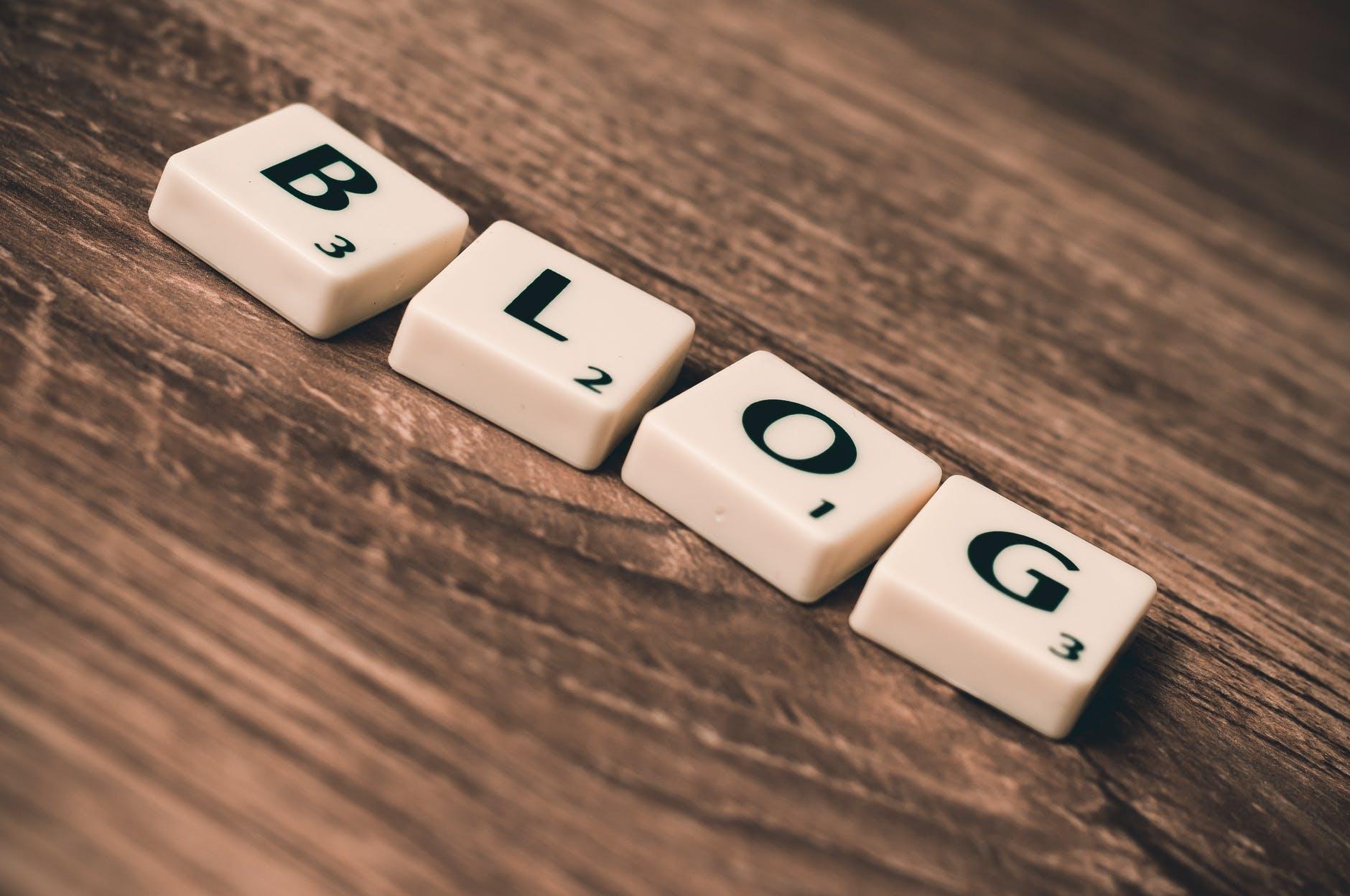 blog lettres sur bois brun