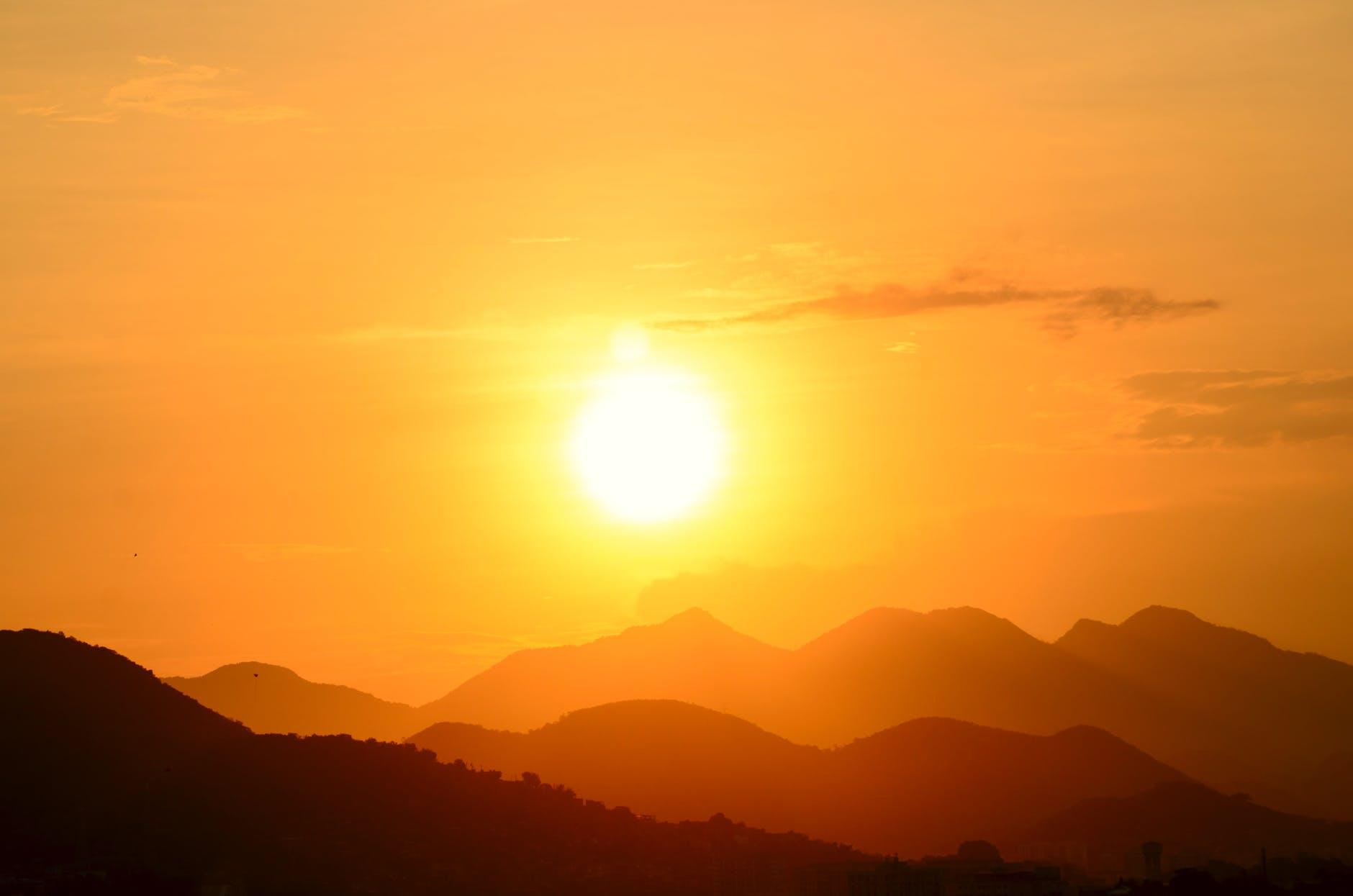 photo de silhouette d une montagne